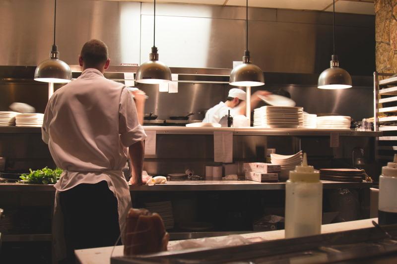 υπάλληλοι κουζίνας δουλεύουν