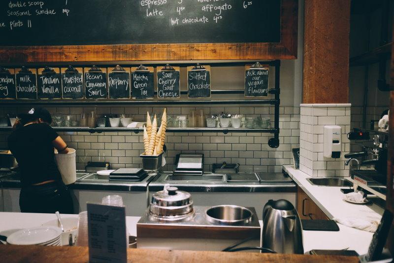επαγγελματικός χώρος κουζίνας μαγαζιού μαζικής εστίασης