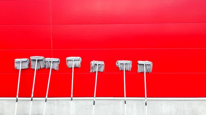 σφουγγαρίστρες στη σειρά στηριγμένες σε τοίχο