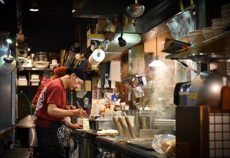 δύο άνδρες μαγειρεύουν για κινέζικο εστιατόριο