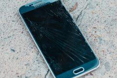 Κινητό Samsung με σπασμένη οθόνη στο έδαφος