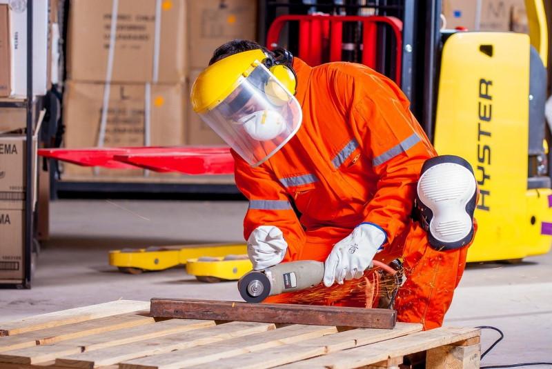 Άνδρας εργαζόμενος με ολόσωμη στολή εργασίας