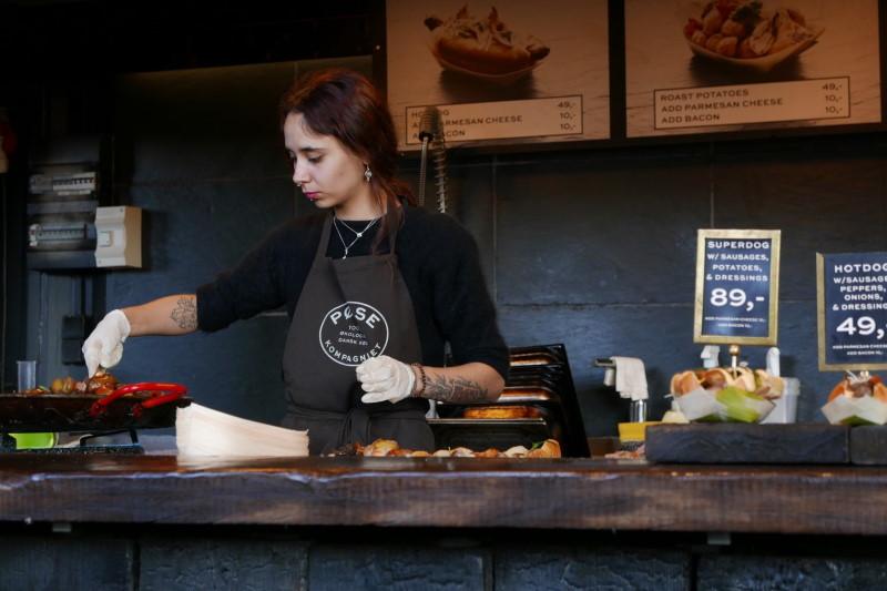 Γυναίκα με ποδιά σεφ μαγειρεύει
