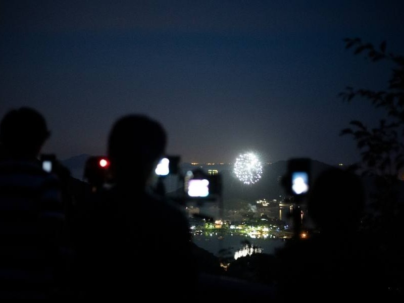 Κόσμος φωτογραφίζει πυροτεχνήματα